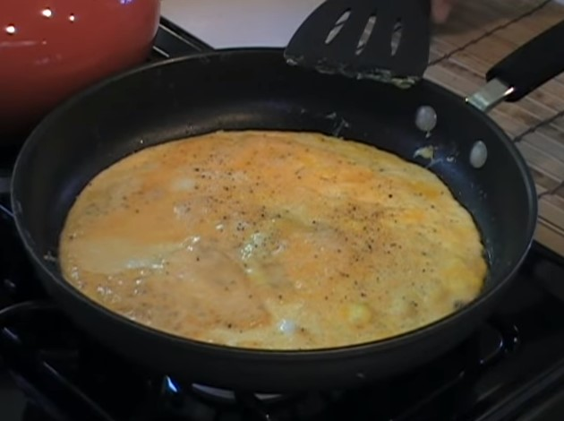 How to handle eggs to keep omelets safe?